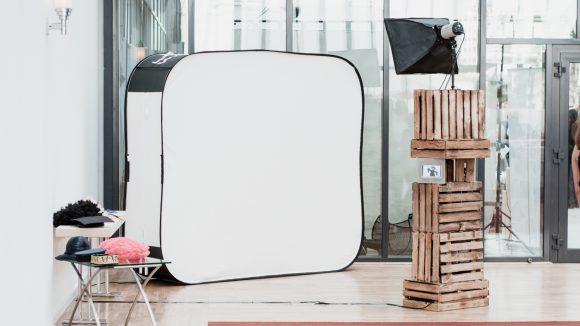 Fotobox mit Softbox im Raum