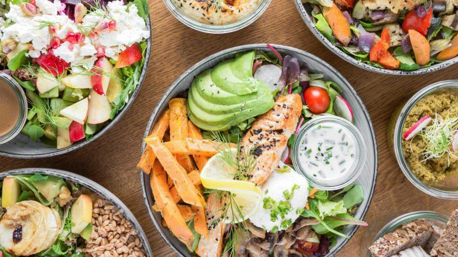Bunter Teller mit Lachs und viel Gemüse