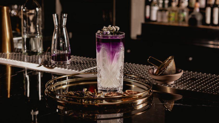 Cocktail mit Lila Akzenten.