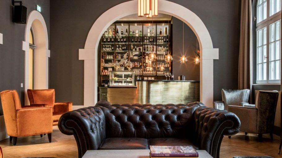 Bar mit Ledersofa und Sessel