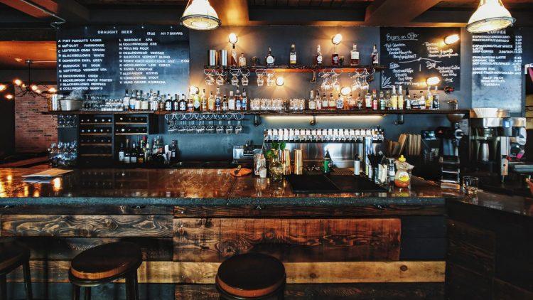 EIne Bar mit einer großen Auswahl an Spirituosen.