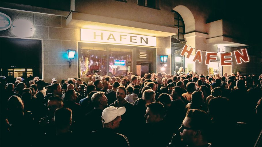 Hafen Bar nachts außen mit Menschenmenge
