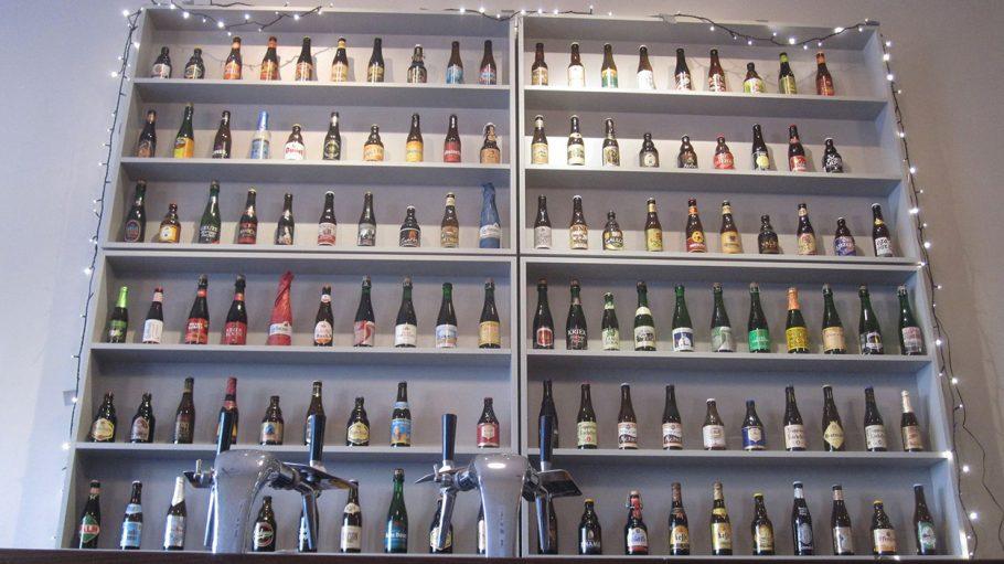 Regal mit belgischen Bierflaschen
