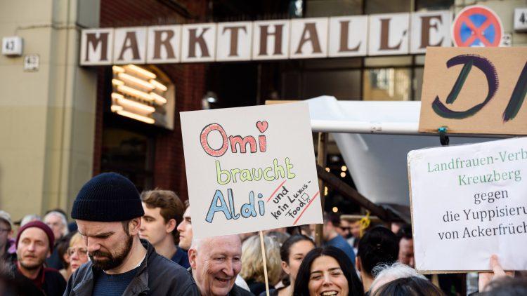 Die Demos laufen trotz Dialog-Arbeit von Seiten der Markthalle Neun weiter...