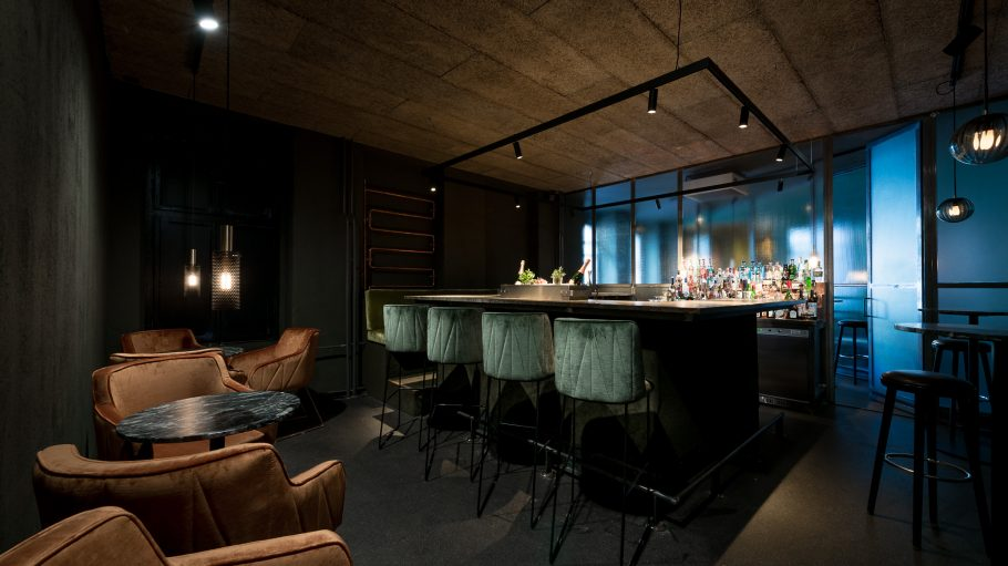 Bar mit dunkler Atmosphäre und gemütlichen Sesseln.