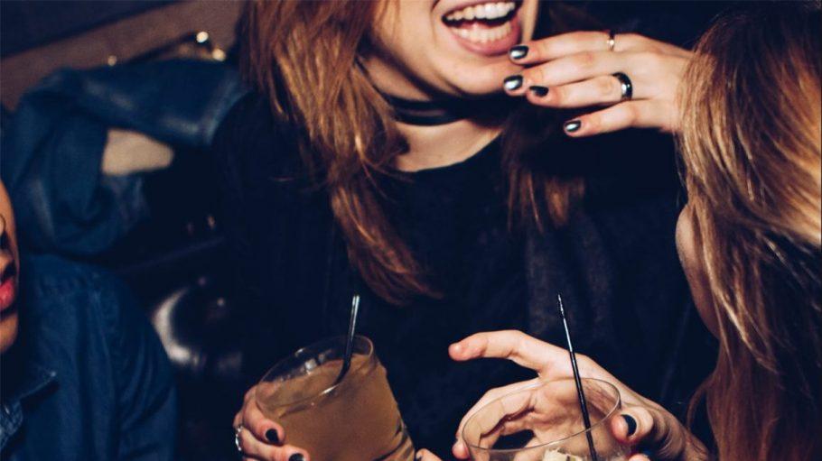 Mädchen mit Drinks