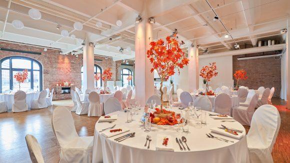 Runder Tisch mit Herbstdekoration Hochzeit