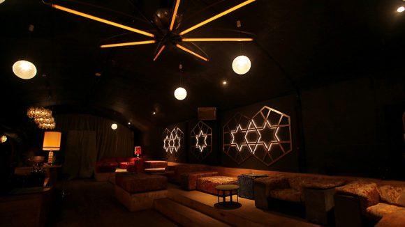 Club innen, rechts Sofas und Sitzgelegenheiten, Sterne als Deko, Lampen