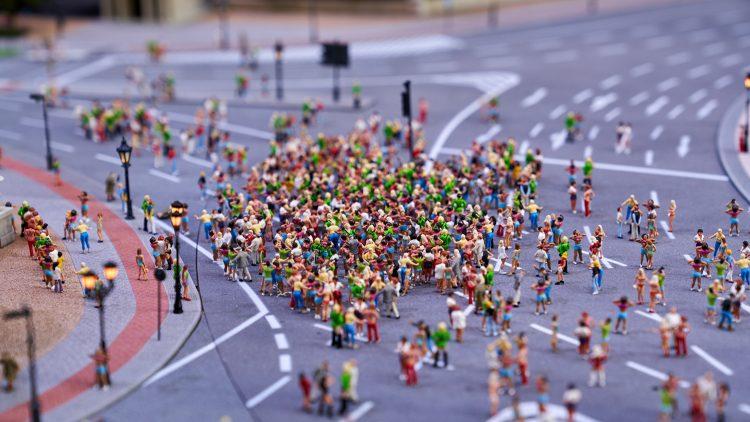 Miniaturfiguren auf Straßenmodell
