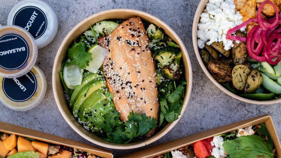 Eine Schüssel Salat mit Lachs und Avocado.