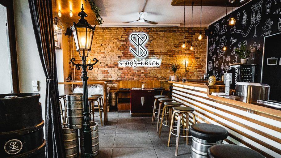 Straßenbräu Bar mit Hockern, Backsteinwand