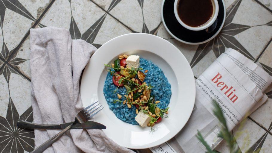 Risotto mit Spirulina zum Lunch im Venue in Neukölln