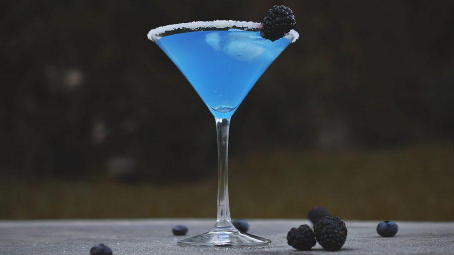 Blauer Cocktail mit Brombeeren.
