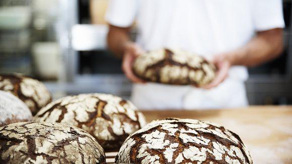 Bäcker mit Broten