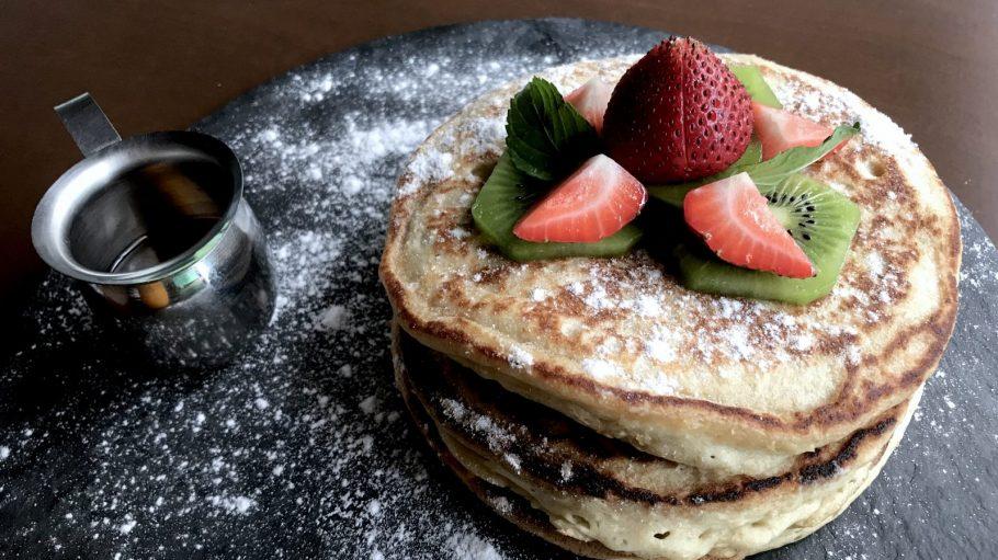 Pancakes auf Schiefertafel mit Erdbeeren.