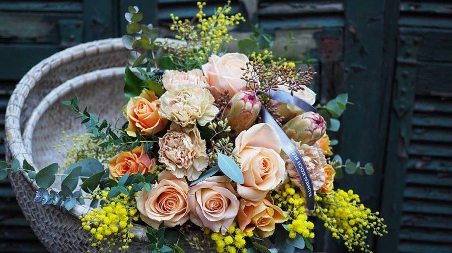 Blumenstrauß in Schüssel