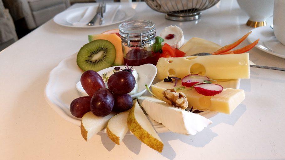 Käse-Teller mit Käse, Kiwi, Birnenstücken und Marmelade