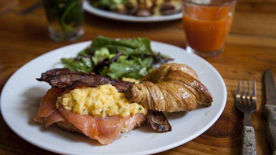 Omelett mit Lachs und Croissant