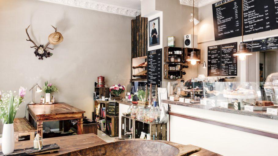 Interieur von Café Suicide Sue mit viel Holz