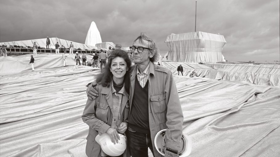 Christo und Jeanne-Claude während der Installation des Verhüllten Reichstages, Berlin 1995. Foto: Wolfgang VolzChristo and Jeanne-Claude during the installation of Wrapped Reichstag, Berlin 1995. Photo: Wolfgang Volz