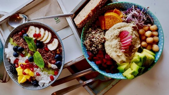 Bunte Frühstücksbowl mit Obst