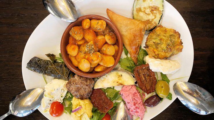Gemischte Vorspeisen bieten den perfekten Einstieg in die griechische Küche.