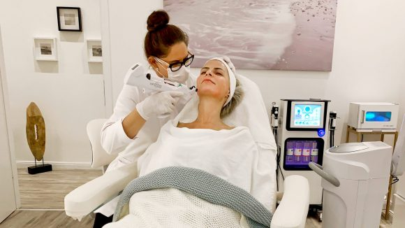 Tanja Bülter bei Kosmetikbehandlung mit Infuzion