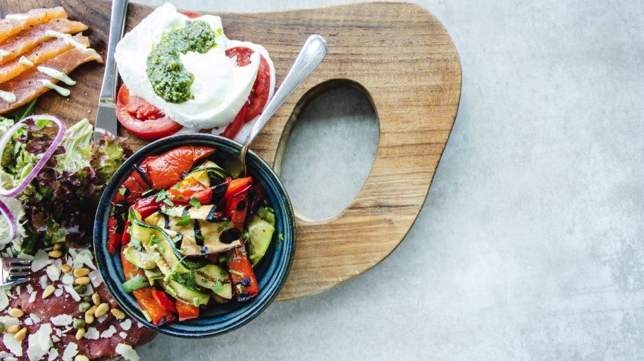 Brettchen mit Gemüseschale, Tomate-Mozarella, Lachs