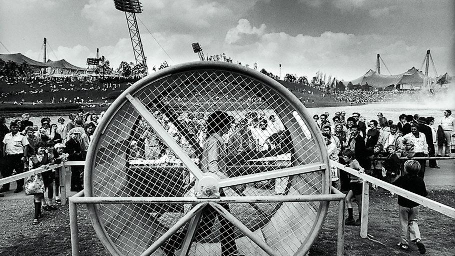 """""""Spielstraße"""" der XX. Olympischen Spiele, München, 1972 (""""Ich absolviere täglich einen Marathonlauf – auf der Stelle tretend."""") Foto: Gerhard E. Ludwig, Essen"""
