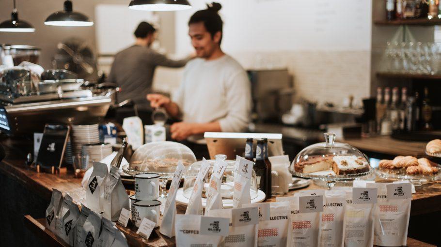 Kaffee im Vordergrund vor Tresen