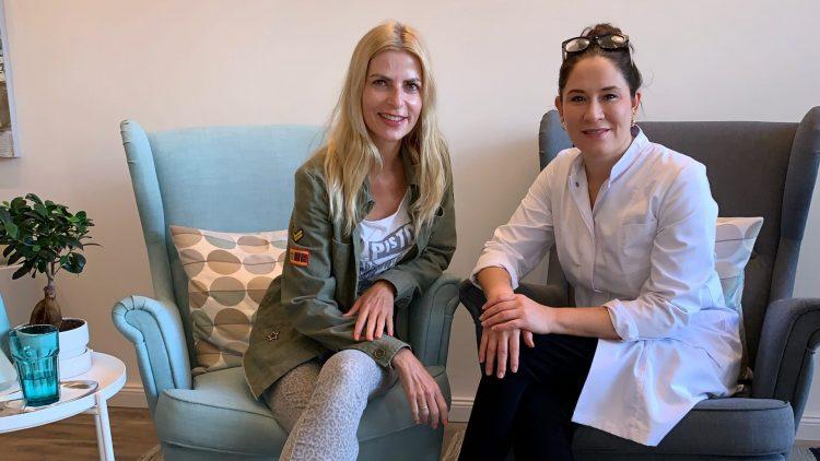 Tanja Bülter und Anna Höhland auf Sesseln im Kosmetikinstitut