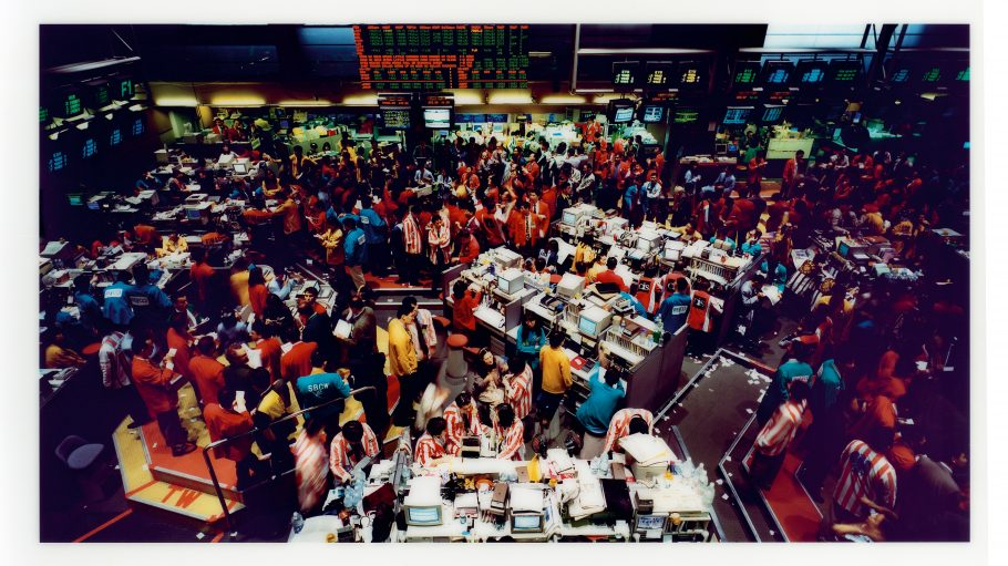 Titel: Singapur Börse I Artist: Andreas Gursky, 1997, C-Print Diasec Papiermaße/Dimension: 170 ×270 cm (66 15/16 ×106 5/16 in.) Rahmenmaße/Frame: 176 ×277 ×5 cm (69 5/16 ×109 1/16 ×1 15/16 in.)