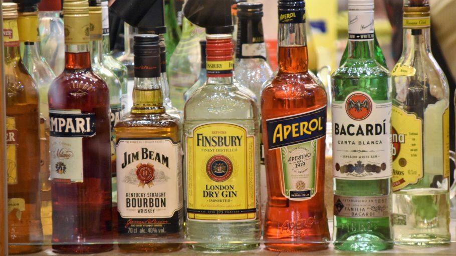 Verschiedene Flaschen alkoholischer Getränke