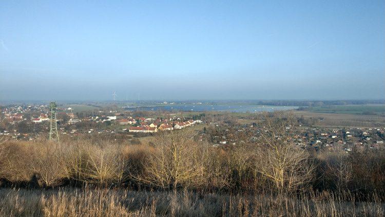 Ausblick von den Ahrensfelder Bergen auf Dörfer und flaches Land