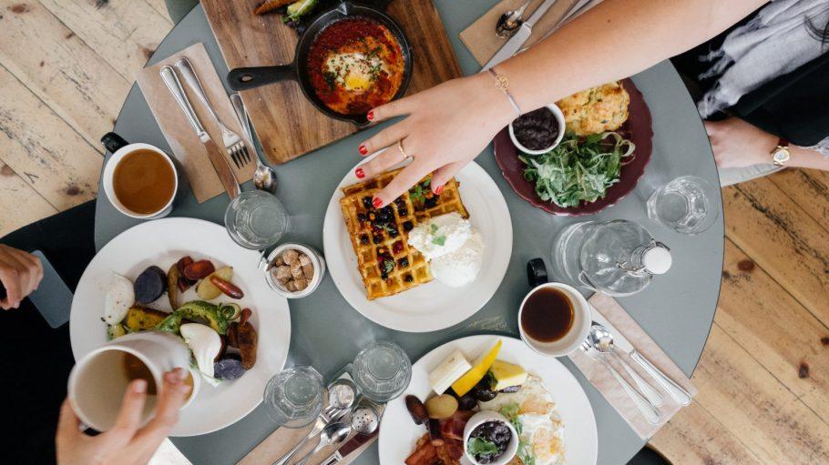 Frühstückstisch mit Waffeln, Shakshuka, Obst