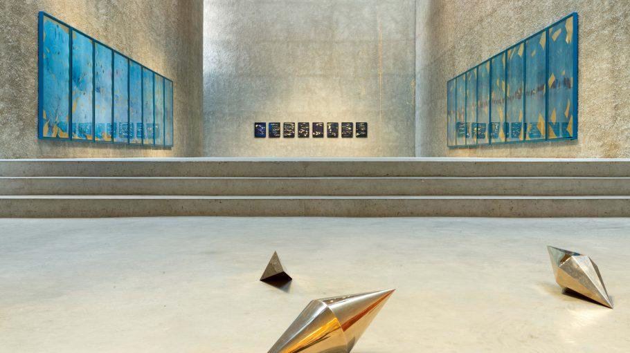 Goldene Objekte in einem leeren Raum mit Treppe