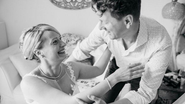 Daniel Pabstt umarmt eine Frau im Hochzeitskleid, Schwarzweiß-Bild