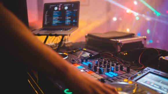 Hand an DJ Pult