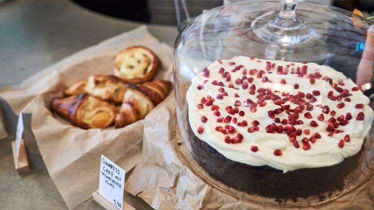 Guiness Cake mit Granatapfel im Eve Coffee & Kitchen