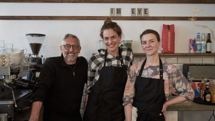 1 Mann, 2 Frauen: das Team vom Eve Coffee & Kitchen Friedrichshain