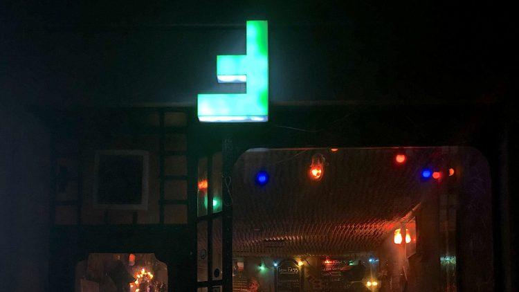 F-Bar Außenansicht bei Nacht auf Fenster und Tür