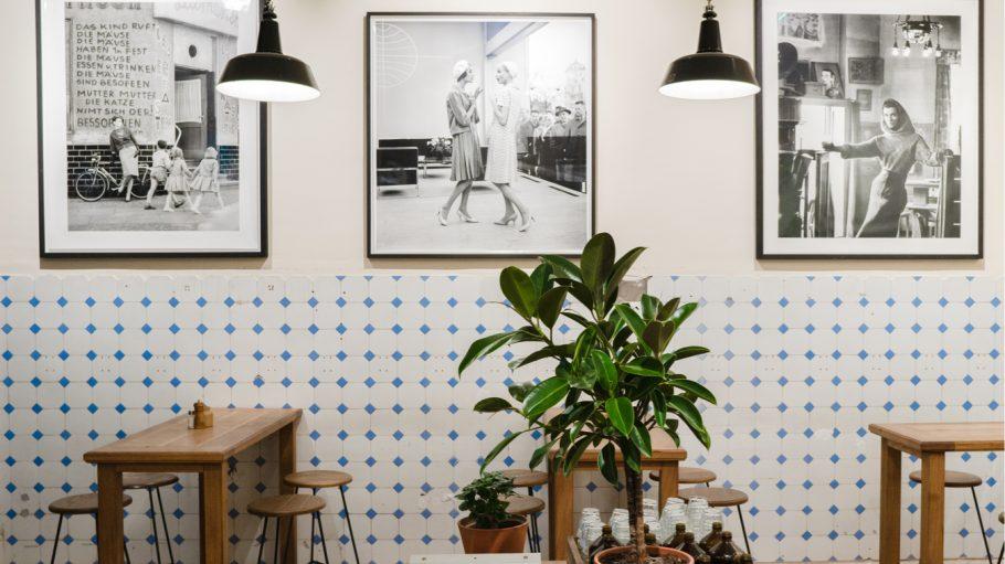 Schönes Interieur mit Holztischen und Lampen
