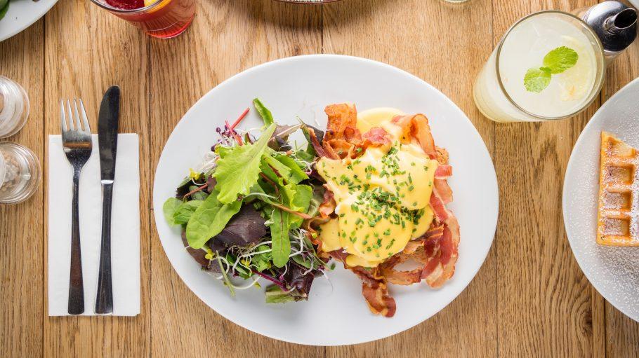 Frühstücksteller mit Ei und Speck und Salat