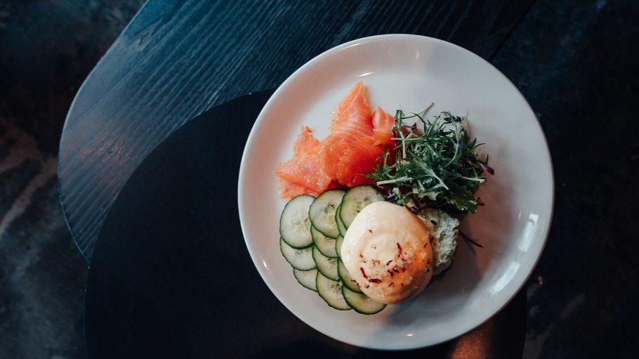 Frühstück mit Lachs, Gurke und pochiertem Ei