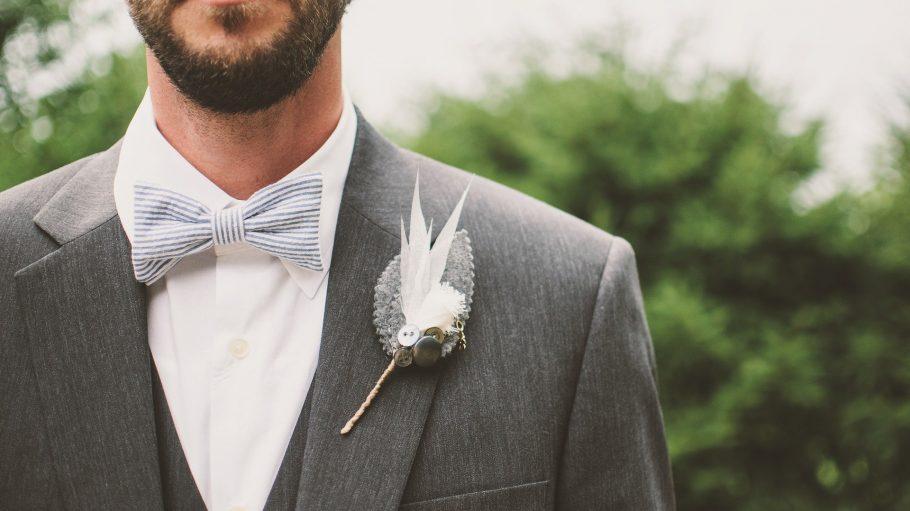 Mann mit Bart trägt Hochzeitsanzug