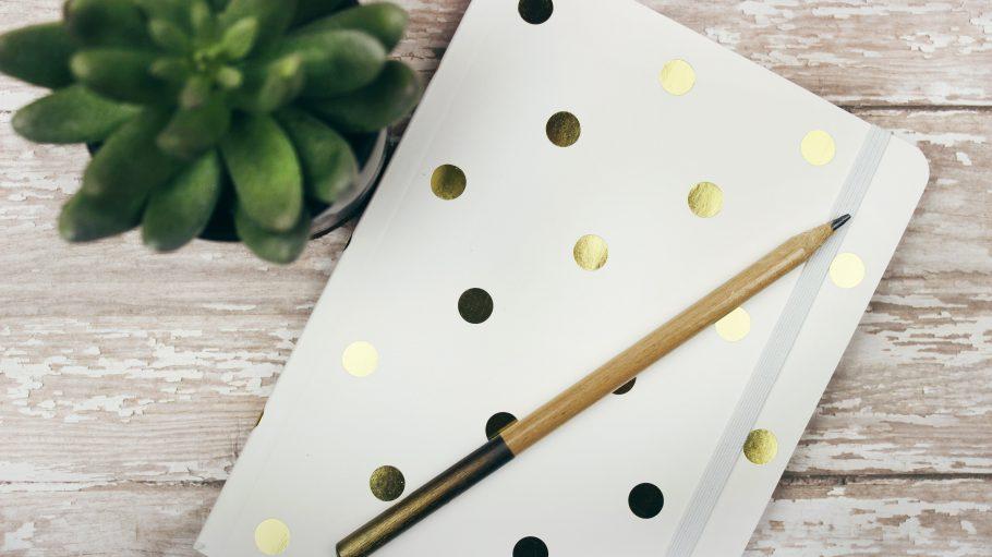 Notizbuch mit goldenen Punkten