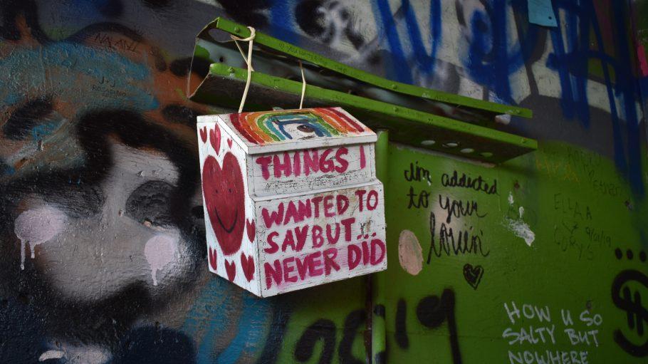Box hängt an der Wand vor Graffiti