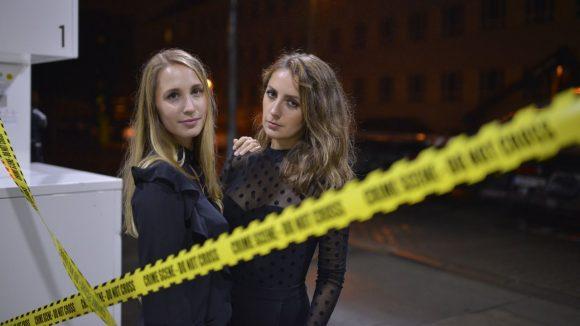 Erzählen in ihrem Podcast wahre Kriminalfälle aus Deutschland: Laura Wohlers und Paulina Krasa.