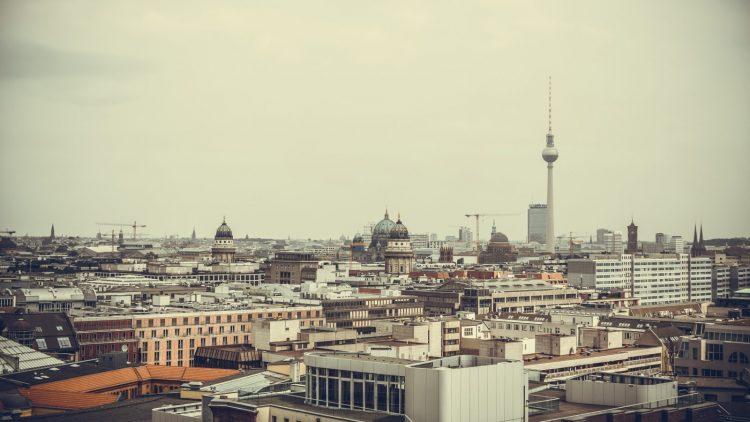 Blick auf Berlin mit Fernsehturm, deutschem Dom