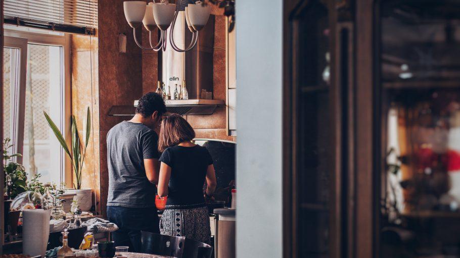 Paar kocht zusammen am Herd